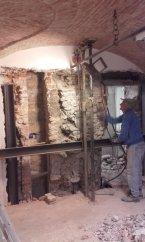 Demolizione muro portante, con preventivo sostegno strutturale